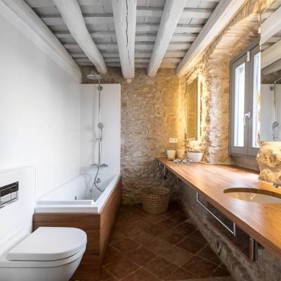 Rehabilitación de baños rústicos en una casa de pueblo