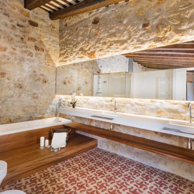 Baños integrados en casas de pueblo reformadas, Girona