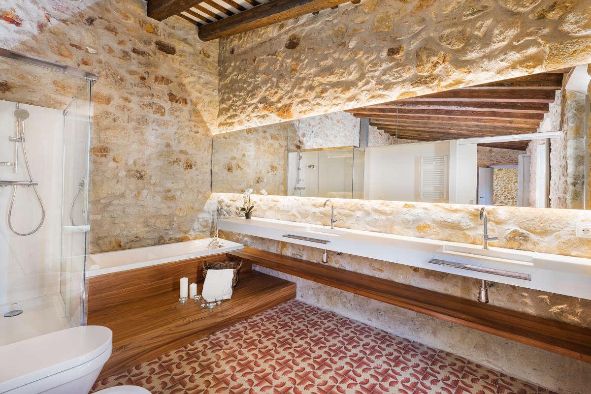 Ba os en casas rusticas tono bagno for Banos interiores para casa