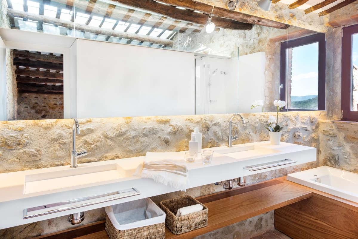 Ba os modernos rusticos tono bagno for Casas modernas con interiores contemporaneos